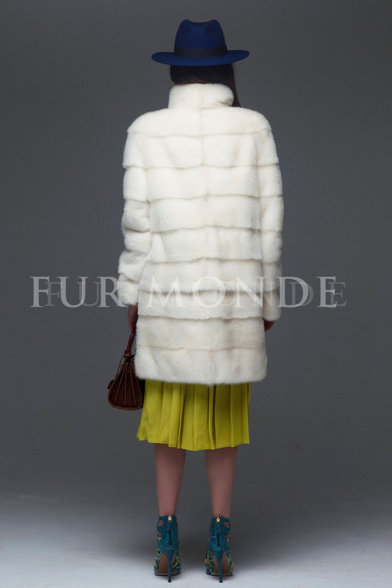 Норковая шуба 90 см белая поперечного кроя 1044